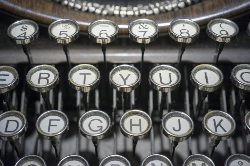 Deutsches Buch auf Englisch - Buchübersetzung ins Englische - QWERTY keyboard